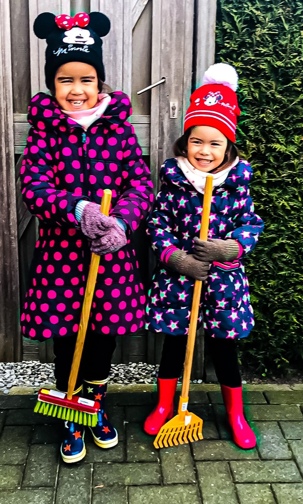 Zusjes Eva en Anne konden niet wachten om aan de slag te gaan Eigen foto © BrugMedia