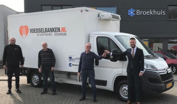 <p>V.l.n.r.: Paulus Brouwer van B&V Reclame; Arend Koekoek, vrijwilliger bij de voedselbank; Frits Grijsen, penningmeester van de Voedselbank en Sander Vermeer, vestigingsdirecteur Broekhuis Zeewolde.</p>