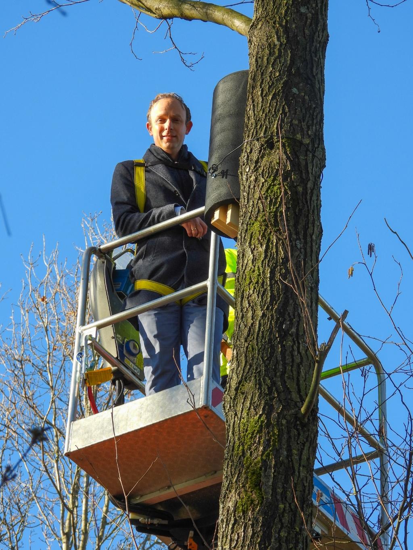 <p>wethouder Egge Jan de Jonge assisteerde bij het ophangen van de kasten </p> <p>Liesbeth Hunink</p>
