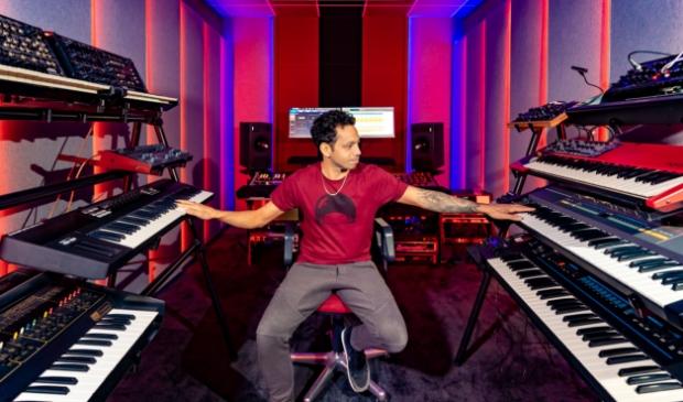 <p>Leroy Konjanan in zijn vernieuwde studio.</p>