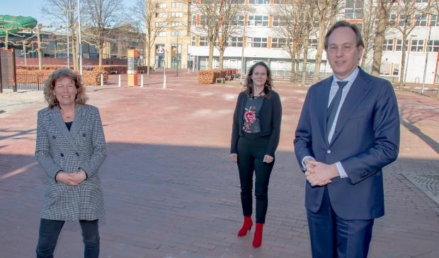 Vlnr Froukje de Jonge (wethouder Almere/Voorzitter RWF); Machteld Greiner (Manager Techniek en Technologie MBO College Almere) en Jan-Nico Appelman (gedeputeerde Flevoland).