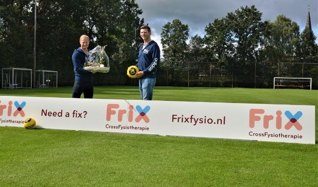 Mathijs Frik (l) en Laurens Bank van Frix CrossFysiotherapie op sportpark De Heughte na ondertekening van het cosponsorcontract in 2018