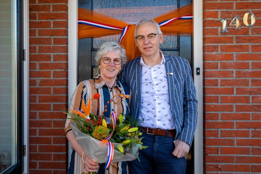 <p>Mevrouw schrijver onderscheiden als lid in de orde van Oranje-Nassau.</p> FOTO TENNEKES