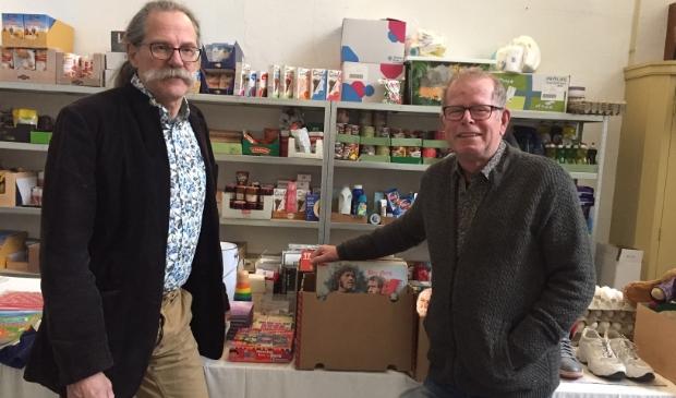 Harm Vink, penningmeester, links, met voorzitter Martien Evers  van het Noodfonds in de voorraad ruimte in de toren van de Buitenkerk.