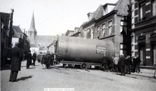 'De Graafschap' is vanaf zo eind 1300, lange tijd de enige weg Kampen in. Dan heet de, op een rivierduin gebouwde straat, 'Bovenpoort' of 'Veenestraat'.