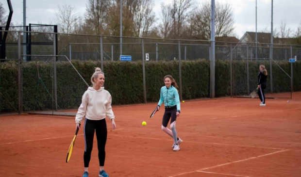 <p>Twee deelnemers genieten van hun kennismaking met tennis bij KJLTC.&nbsp;</p>
