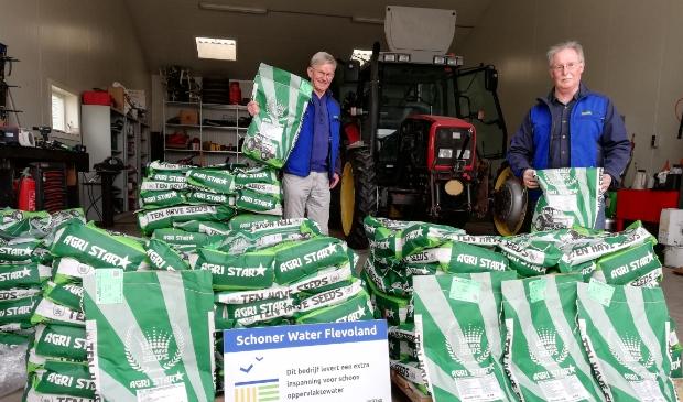 <p>veldmedewerkers Herman van der Wal en Arie Keijzer bij de bestelde zakken zaaizaad </p> <p>FAC</p>