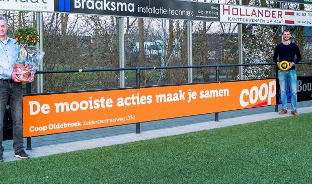 Hans Vlaar (l) en Sjoerd Kwakkel bij het nieuwe reclamebord op sportpark De Heughte