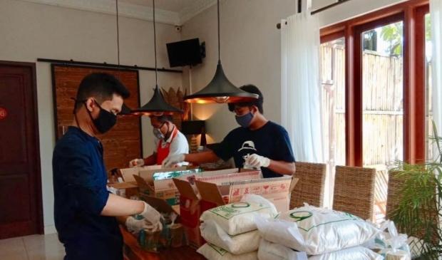 Verpakken van voedselpakketten voor onze meubelmakers.