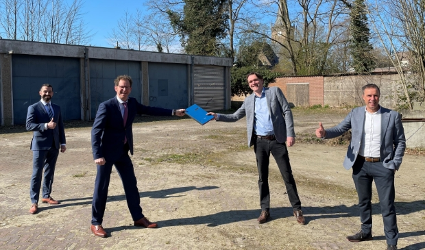 van links naar rechts wethouder Stephan Nienhuis, wethouder Wolbert Meijer, Maarten Reeze en Henk Bakker (beide namens Van Wijnen Projectontwikkeling)