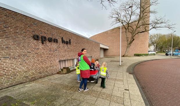 pedagogisch medewerker en kinderen bij de Open Hof