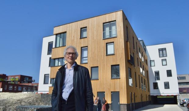 <p>Architect Anton Brink bij het appartementengebouw aan De Morinel.</p>
