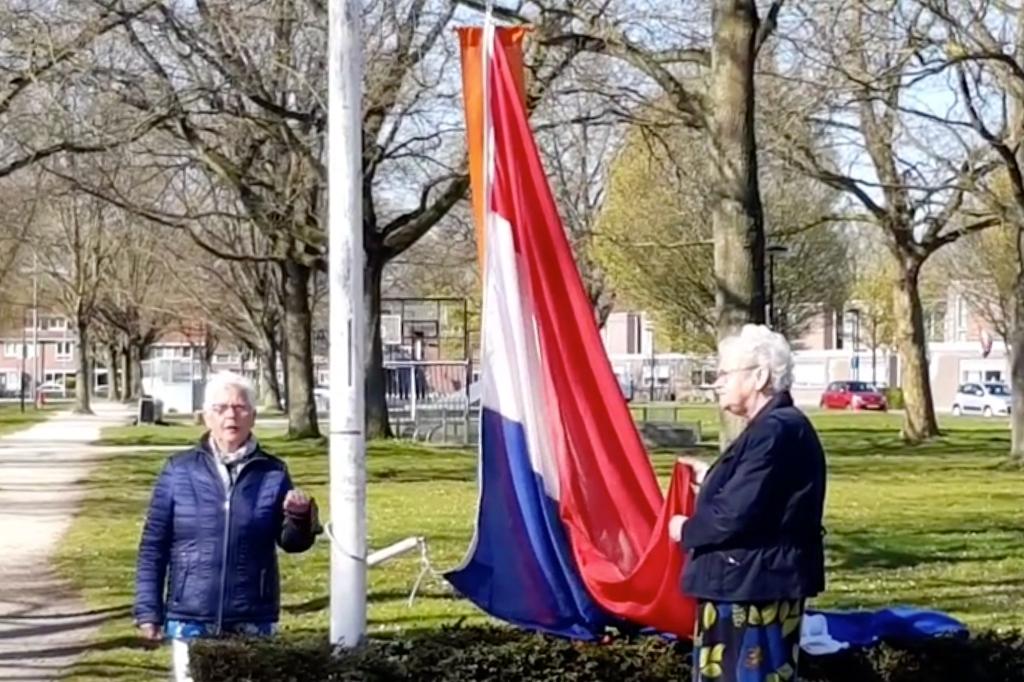 Annie Hagen en Lucie Pietersma hijsen de vlag in Swifterbant.