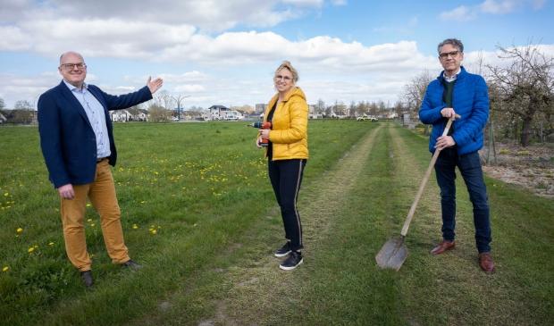 <p>Wethouder Peter van Bergen en de initiatiefnemers Karen de Vrij en Duco van Dijk bij de toewijzing van het terrein.</p>