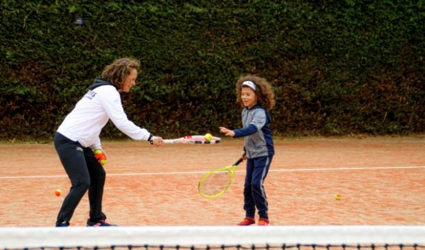 <p>Manon Jonker tijdens de open dag met Mayson Angelista, &#39;een talentje&#39; volgens de tennisleraar.</p>