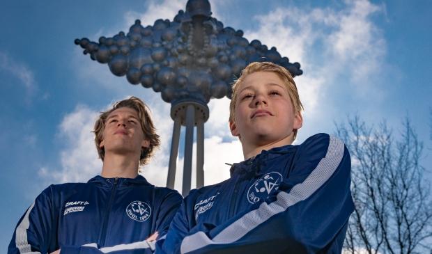 <p>Vince van der Pal (links) en Storm Boxum, zwemtalenten van SWOL 1894 die alles voor de sport opzij zetten.</p>