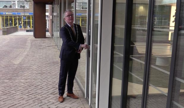 <p>De heropening van het gemeentehuis door burgemeester Gebben.</p>
