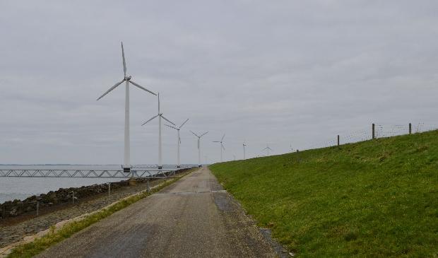 <p>De huidige windmolens langs de IJsselmeerdijk.</p>