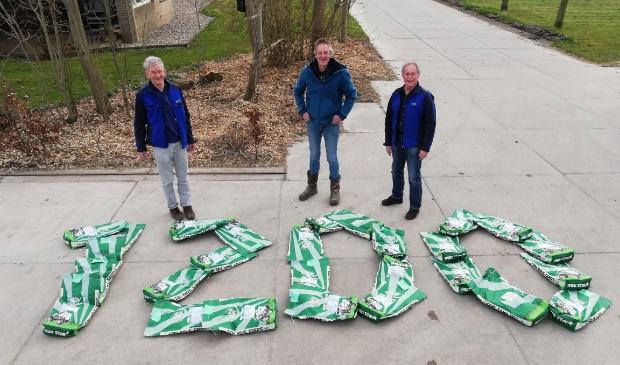 <p>veldmedewerkers Herman van der Wal en Arie Keijzer samen met agrari&euml;r en deelnemer van het Agrarisch Natuur- Landschapsbeheer Jos de Jong bij de symbolische 1200 kg. zaaizaad.</p>