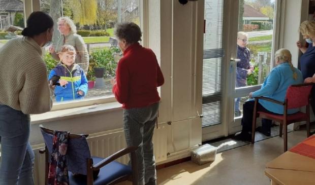 De ouderen binnen, de kinderen buiten.