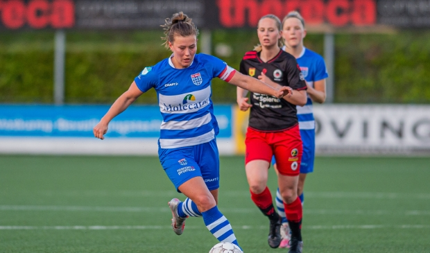 Aanvoerster Dominique Bruinenberg van PEC Zwolle Vrouwen stoomt op in de wedstrijd tegen Excelsior.