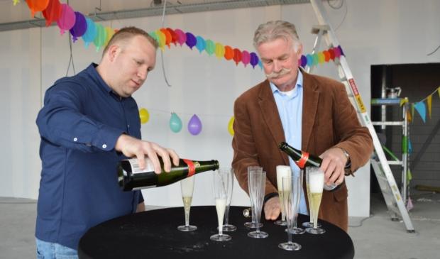 Tommy Dunnik en Henk Potgieter schenken champagne in het in aanbouw zijnde MFG.