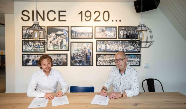 <p>Afienus Veenstra (l) en Wilco van Maanen tekenen de overeenkomst.&nbsp;</p>