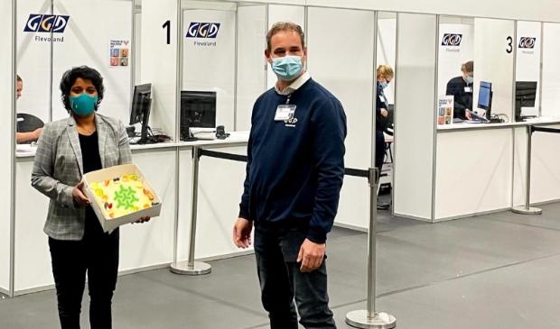 <p>Wethouder Irene Korting (links) in de vaccinatiestraat van sporthal &#39;t Dok.</p>