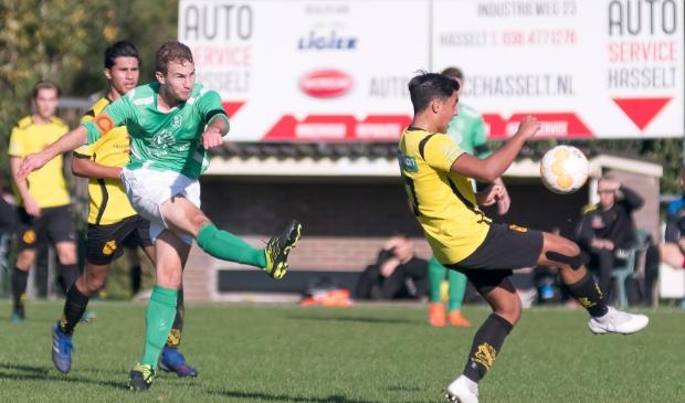 Willard Visscher haalt doeltreffend uit namens Olympia '28 in de thuiswedstrijd tegen VIOS Vaassen op 26 oktober 2019.