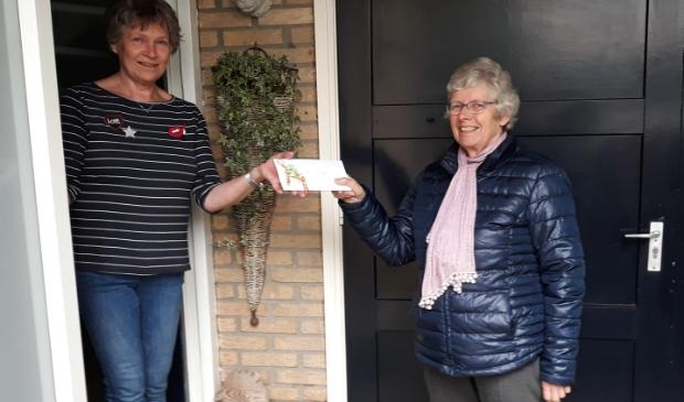 Elly Weijers (li.) ontvangt haar prijs.