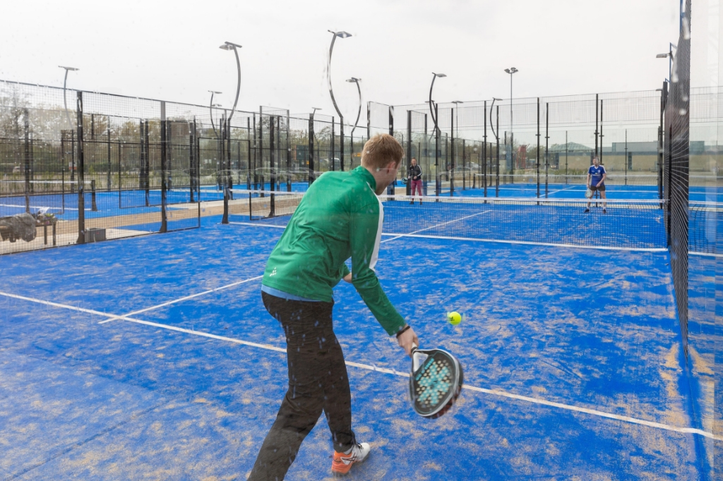 De padel-buitenbanen bij de IJsselhallen zijn geopend. Foto: Pedro Sluiter © brugmedia