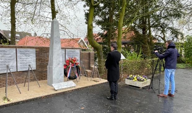 Burgemeester Bilder legt een krans in het Springerpark in Genemuiden.