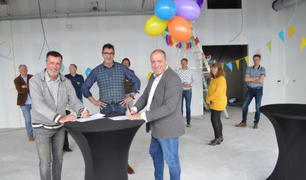 Penningmeester Frank Bes, horeca-exploitant Henk Slump en voorzitter Erik Broekhuis ondertekenen de overeenkomst.