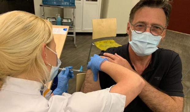 Frits van der Velde laat zich vaccineren.