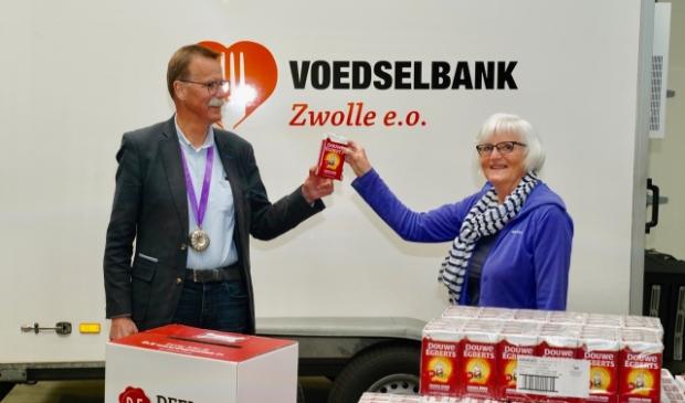 Overhandiging 1572 pakken D.E. koffie door Geert Ensing van de Lionsclub Zwollerkerspel aan mevrouw Jelle van Pelt van de Voedselbank
