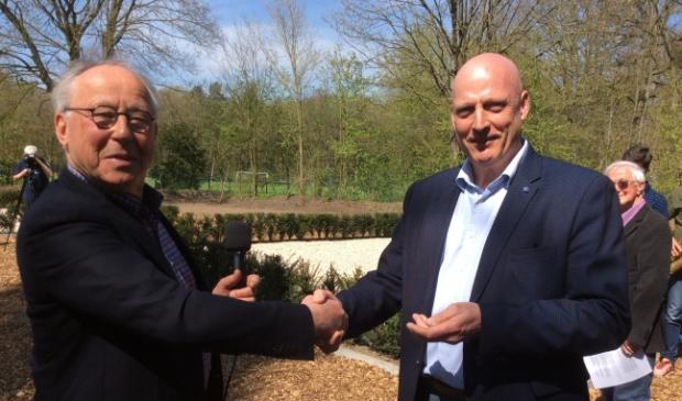 Broken Wings-voorzitter Adrie Pol (rechts) en gedenkplek-initiatiefnemer Ben Jonker tijdens de overdracht van de herdenkingsplek
