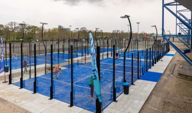 <p>Sinds maandag 3 mei zijn de vier buitenbanen van de nieuwe padelclub bij de IJsselhallen geopend.</p>