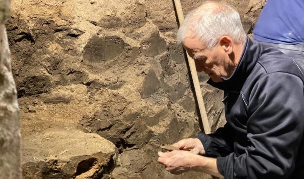 <p>Amateurarcheoloog Klaas Post helpt bij opgravingen</p>