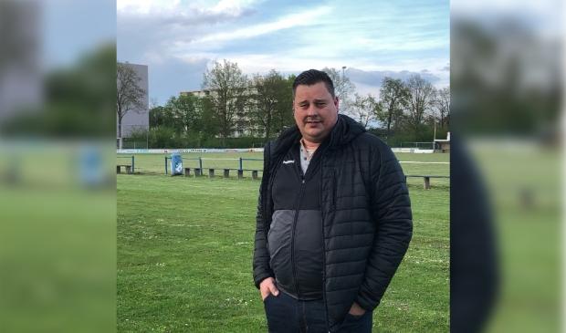 <p>Cor Bottenberg bij het hoofdveld van zijn nieuwe club.&nbsp;</p>