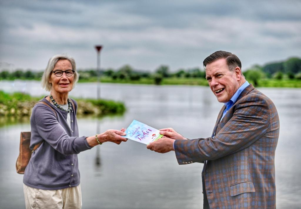 Marleen Brokmeier (bestuurslid IJTFT) overhandigt het eerste routeboekje aan burgemeester Ton Strien van de gemeente Olst-Wijhe Robert Jan Leerink © BrugMedia
