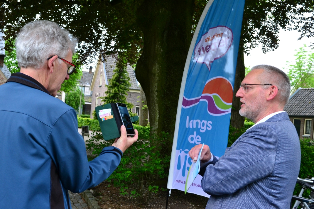 Piet Terpstra toont burgemeester Horn hoe de app werkt . © BrugMedia
