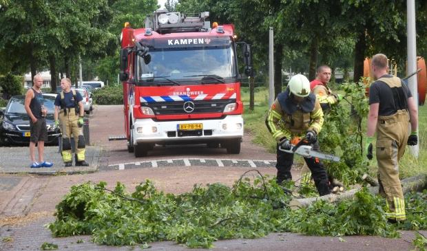 KAMPEN - Vrijdagavond 18 juni om 20.20 uur heeft de brandweer een omgevallen boom in stukken gezaagd aan de Orkestlaan in Kampen. De boom was door een windvlaag de weg op gevallen waardoor de weg was versperd. De brandweer heeft de boom in stukken gezaagd en heeft ze tijdelijk op het gras gelegd. Door het incident is niemand gewond geraakt.