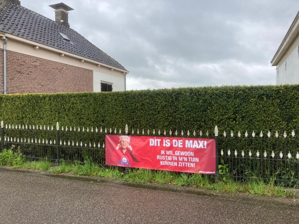 Bewoners van de IJsseldijk hingen tijdens de actie spandoeken om om hun ongenoegen te uiten . © BrugMedia