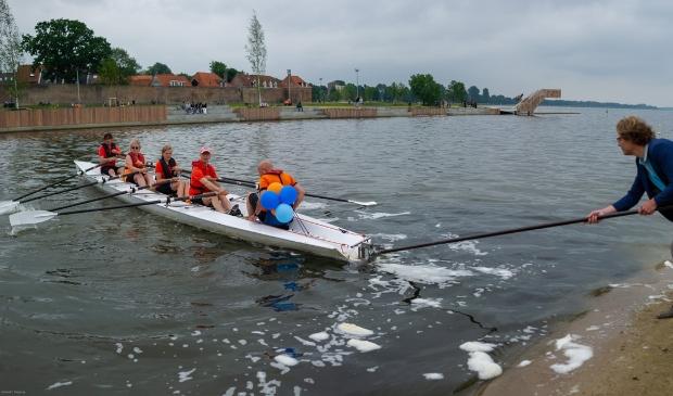 <p>Wethouder Marcel Companjen (Sport) duwt de eerste boot van RV Harder af, als een symbolische start van de nieuwe roeivereniging</p>