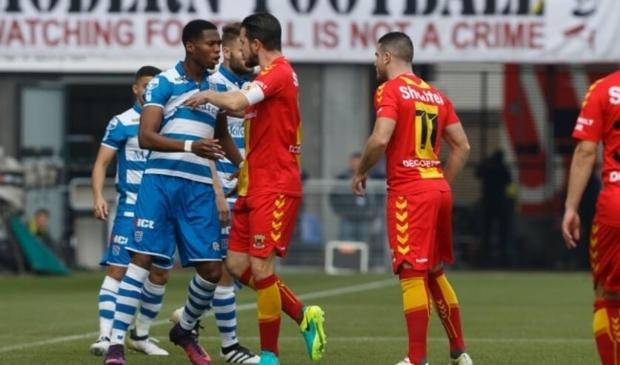<p>Kingsley Ehizibue heeft het aan de stok met Eagles-captain Sander Duits in de tot dusverre laatste IJsselderby in competitieverband (2016/2017).</p>
