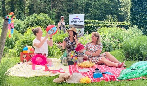 Het team van Zomer met een Missie en Mariska Weemaes van De Buitenhof Epe zijn klaar voor een zonnige zomer voor velen.