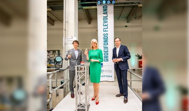 <p><em>Lancering Groeifonds Flevoland (v.l.n.r.: Marco Smit (directeur Horizon Flevoland), Mona Keijzer (staatssecretaris ministerie van Economische Zaken en Klimaat) en gedeputeerde Jan-Nico Appelman (provincie Flevoland)).</em> </p>