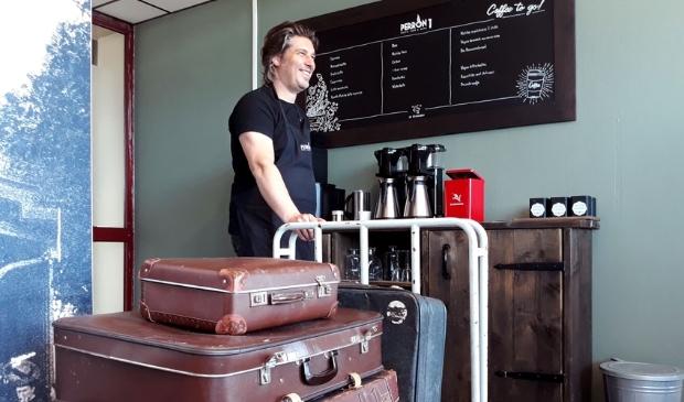 <p>Martijn Sollie bij de koffiebar van Perron 1</p>