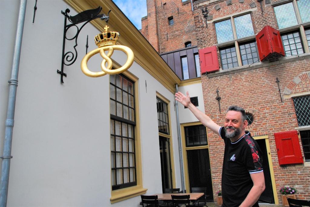 """De Gouden Krakeling komt van Bakker De Kruyter te Zwolle. """"Deze past hier perfect!"""", aldus Fred Voskuil.  . © BrugMedia"""