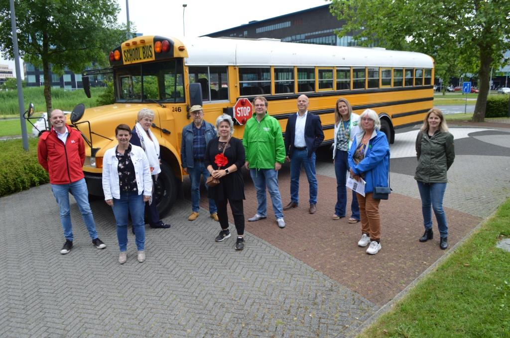 Raadsleden en vertegenwoordigers van Dorpsbelangen Biddinghuizen en Swifterbant.